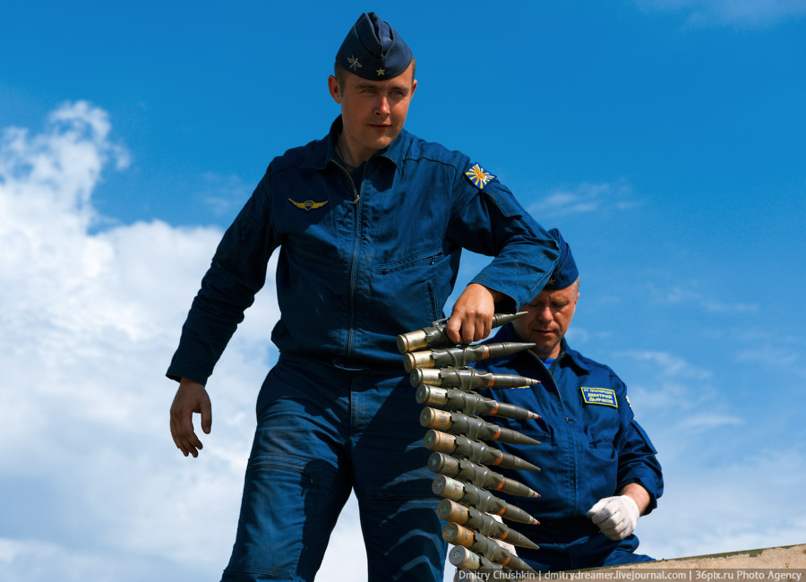 Разгрузка боеприпасов на аэродроме